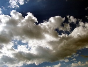 چرا ابرها در روزهای بارانی اغلب تیره هستند؟